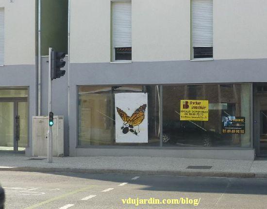 Poitiers, un mouton-papillon géant avenue de la Libération