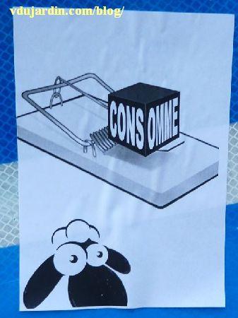 Mouton avec une tapette à souris, message consomme