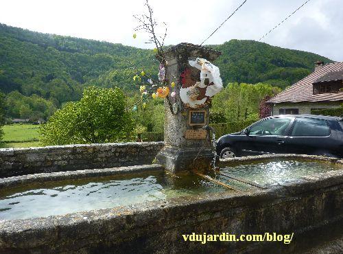 Nans-sous-Sainte-Anne 2014, fontaine décorée avec protection de l'ombrelle