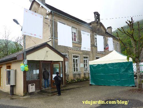 Nans-sous-Sainte-Anne 2014, exposition dans la petite bibliothèque, mairie et torchons au pochoir