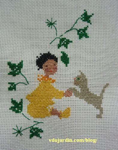 Bienvenue dans la famille, le chat, un poupon et quelques feuilles