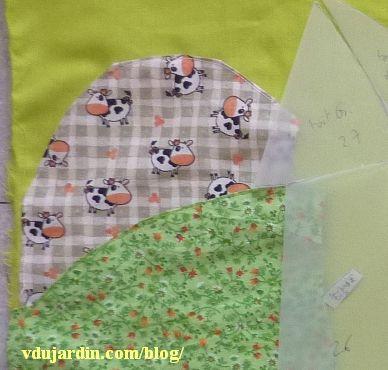Le haricot magique, 16, pages 4 et 5, le paysage, détail des tissus avec des petites fleurs et avec des vaches