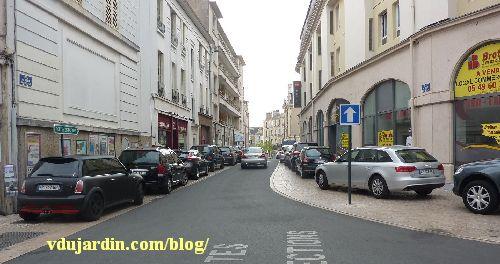Stationnement anarchique rue du Petit-Bonneveau à Poitiers, avril 2014