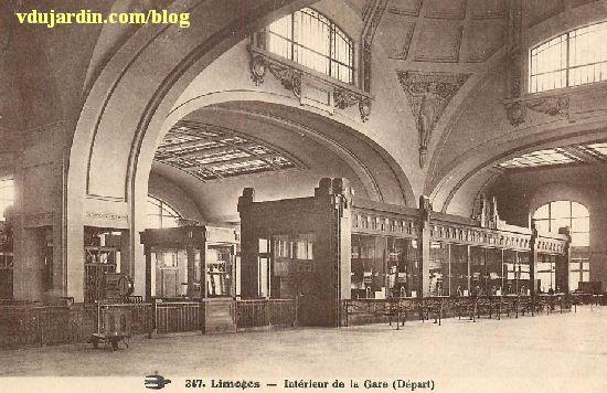 L'intérieur de la gare de Limoges avec ses guichets sur une carte postale ancienne