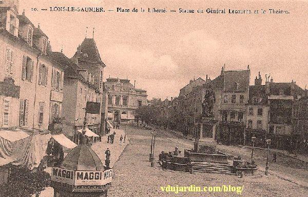 Le général Lecourbe par Antoine Étex à Lons-le-Saunier, carte postale ancienne avec le théâtre à l'arrière plan