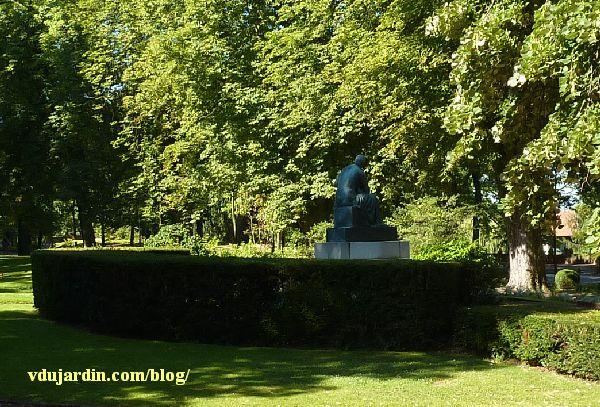 Monument des mères françaises par Petit à Metz, vue éloignée de dos