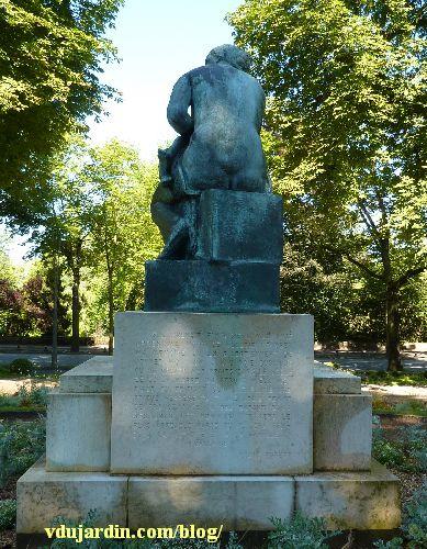 Monument des mères françaises par Petit à Metz, la statue de dos