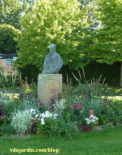 Metz, le monument à Paul Verlaine, dans son massif fleuri
