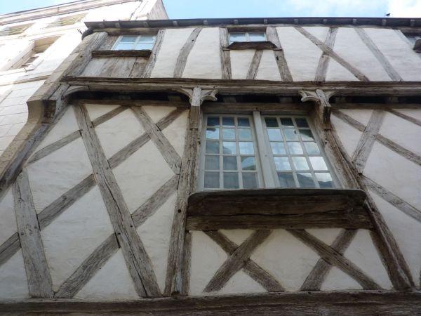 Niort, maison à pan de bois rue du pont, 3, la façade en contre-plongée