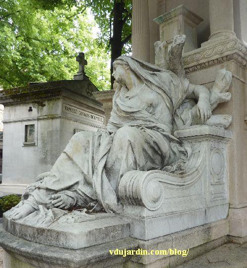 La tombe de la famille Herbette, cimetière du Montparnasse à Paris, la femme avec son dos appuyé sur un arbre mort