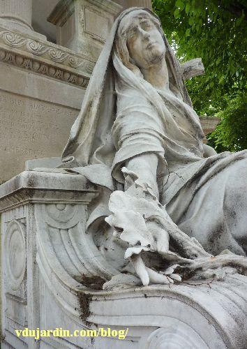 La tombe de la famille Herbette, cimetière du Montparnasse à Paris, la femme vue de profil
