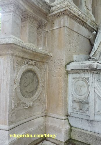 La tombe de la famille Herbette, cimetière du Montparnasse à Paris, inscription sur le décor et médaillon