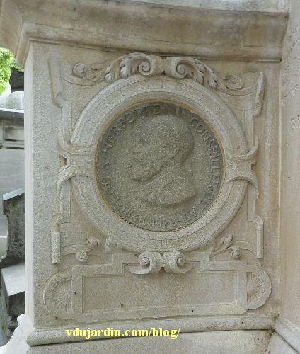 La tombe de la famille Herbette, cimetière du Montparnasse à Paris, médaillon d'Oscar Roty représentant Louis Herbette