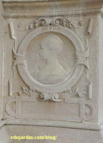 La tombe de la famille Herbette, cimetière du Montparnasse à Paris, médaillon représentant une jeune femme