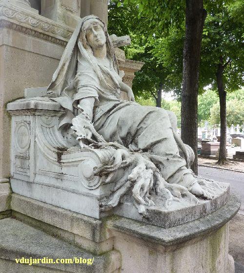 La tombe de la famille Herbette, cimetière du Montparnasse à Paris, vue rapprochée de la femme
