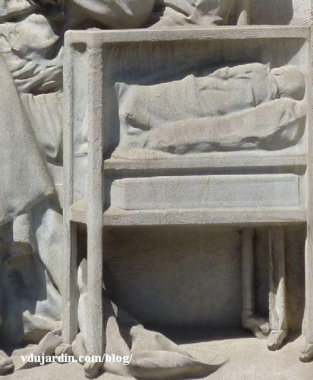 Le monument au docteur Tarnier à Paris, détail de la couveuse