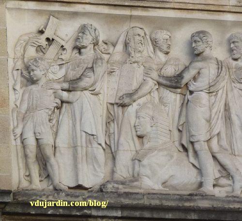 Bordeaux, façade du musée d'Aquitaine, le relief de droite, partie gauche avec lyre et phinx