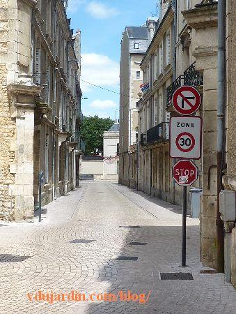 Poitiers, rue Charles-Gide, sortie du parking Carnot/hôtel de ville