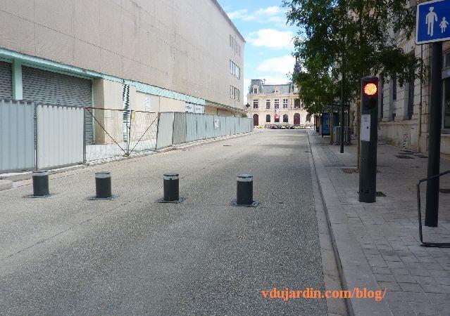 Poitiers, rue Charles-Gide, bornes d'accès réglementé rue Victor-Hugo