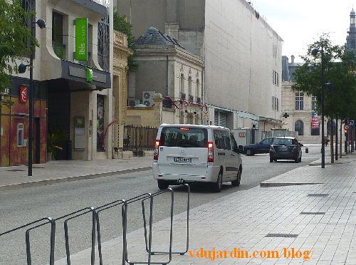Poitiers, rue Victor-Hugo, trois voitures bloquées par les bornes