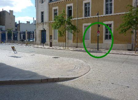 Poitiers, rue Charles-Gide, deuxième panneau sens interdit rue Victor-Hugo