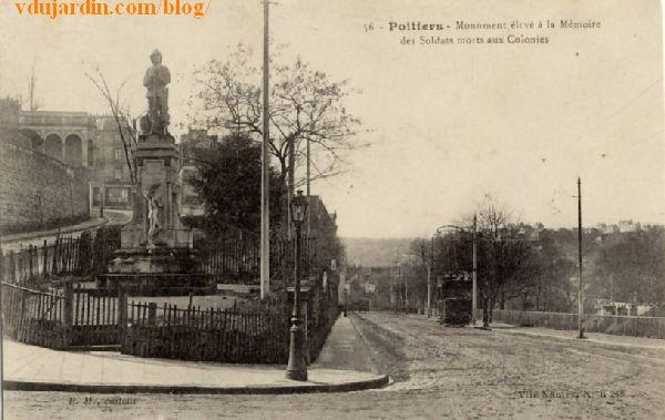 Carte postale ancienne, monument aux coloniaux et trolley-bus boulevard Solférino à Poitiers