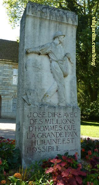 Dole, le monument à Jaurès, vue d'ensemble, face avec le semeur