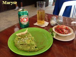 """Guaccamole servi ici avec une petite sauce """"casera"""" (sauce maison)..."""