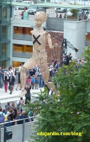 Poitiers, viaduc des Rocs, 14 juillet 2014, Lédo de la compagnie l'homme debout