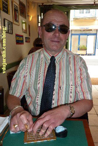 Olivier avec son poinçon et sa plaque Braille