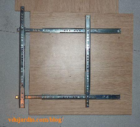 Plateau mobile pour visioagrandisseur, fixation de la première plaque