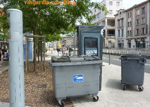 Poitiers, la borne pour touristes de la gare cachée derrière des poubelles