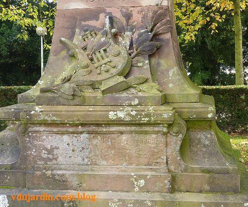 Strasbourg, parc de l'orangerie, monument à Victor Nessler, le socle en grès