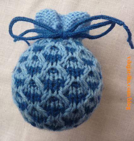 Une tricoboule avec deux laines bleues, modèle pomme de Sabine Divoux-Gaunet