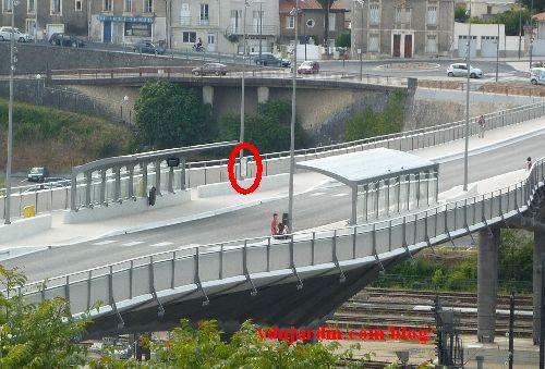 Le viaduc des Rocs à Poitiers, 19 juin 2014, abribus enfin finis