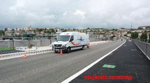 Le viaduc des Rocs à Poitiers, 26 mai 2014, début de pause du nouveau revêtement des trottoirs