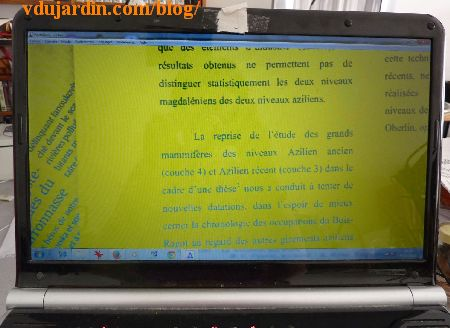 Ecran avec visioagrandisseur et logiciel portanum, fond jaune