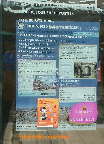 Office de tourisme de Poitiers, affiche sous les informations collées sur la vitre