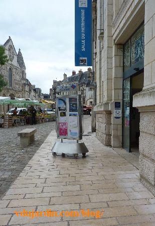 Panneau publicitaire de l'office de tourisme de Poitiers bloquant le passage pour handicapés
