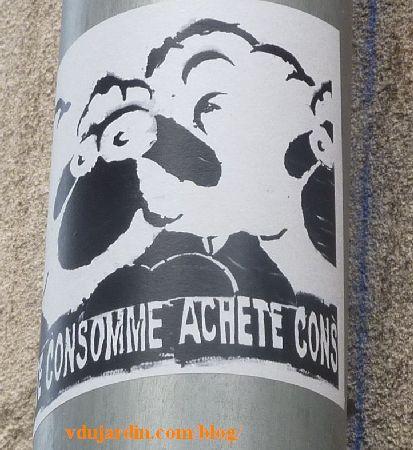 Poitiers, file de moutons avec Achète consomme