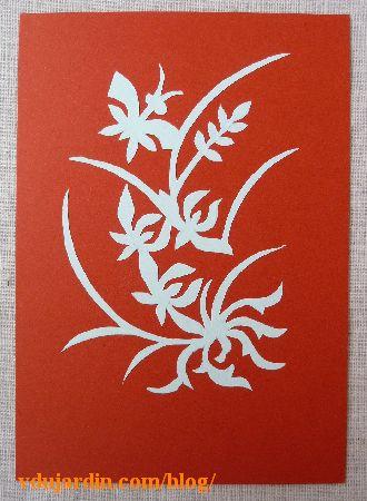 Carte en papiers découpés de Bluesy, fleur et papillon sur fond rouge
