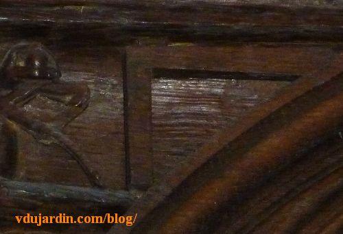 Stalles de la cathédrale de Poitiers, architecte, détail du compas