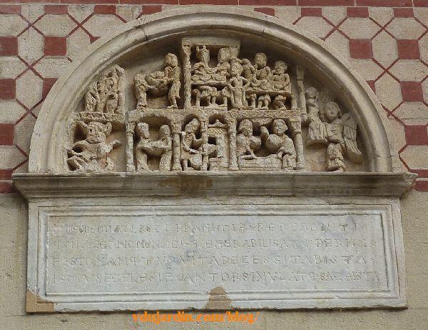 Lyon, basilique Saint-Martin d'Ainay, tympan sculpté de la décollation de Jean Baptiste