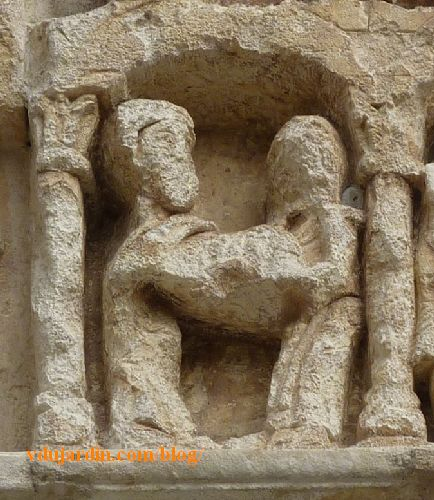 Lyon, basilique Saint-Martin d'Ainay, tympan, deux serviteurs emportent la tête de Jean Baptiste