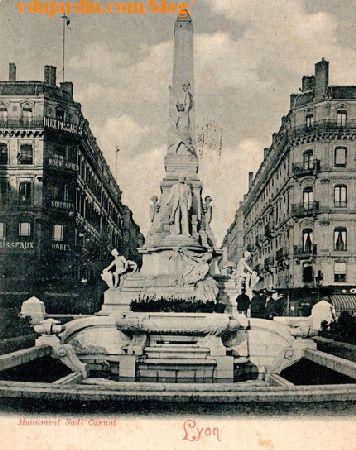 Lyon, monument à Sadi Carnot, à son emplacement initial sur une carte postale ancienne