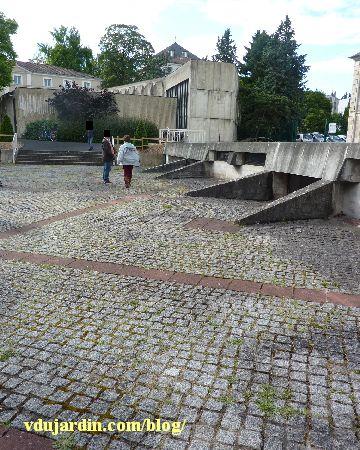 La cour pavée avec des marches du musée Sainte-Croix à Poitiers