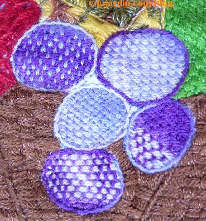 Napperon brodé mexicain, détail des prunes