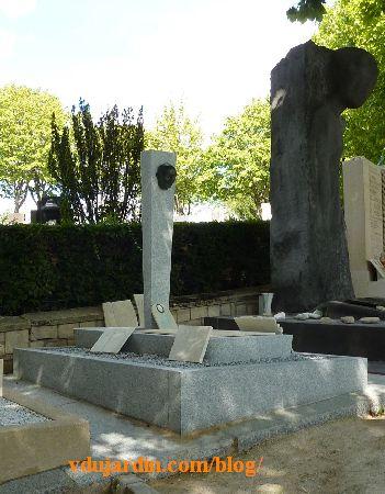 Paris, cimetière du Père-Lachaise, tombeau de Jean-Richard Bloch, à l'arrière, monument aux déportés d'Auschwitz-Birkenau