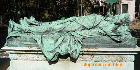 Paris, cimetière du Père-Lachaise tombe de Crocé-Spinelli et Sivel, vue de côté
