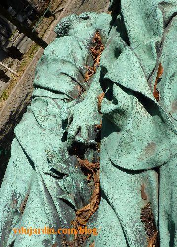 Paris, cimetière du Père-Lachaise tombe de Crocé-Spinelli et Sivel, mains entrecroisées